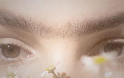 engstehende Augenbrauen – Willenstärke oder Sturheit?